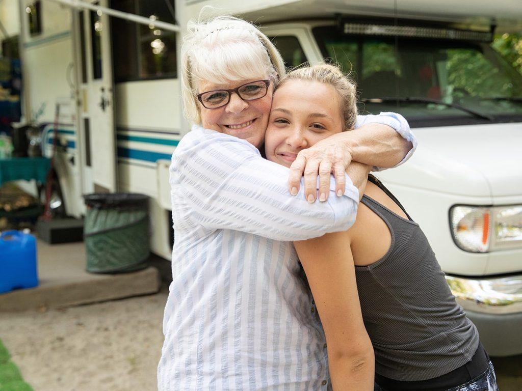 Mama und Tochter beim Campen