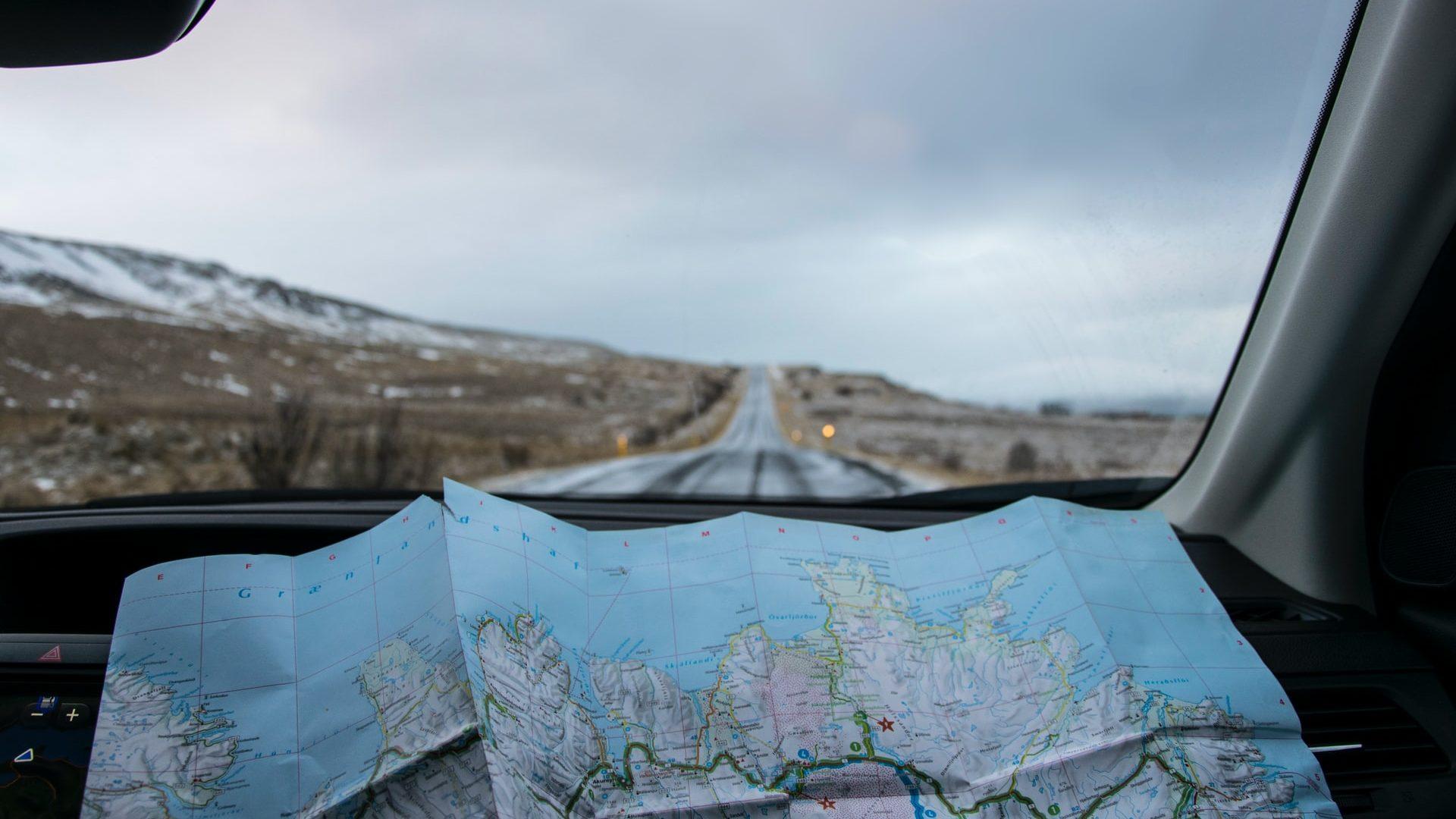 Roadtrip mit Kartennavigation über Landstraßen